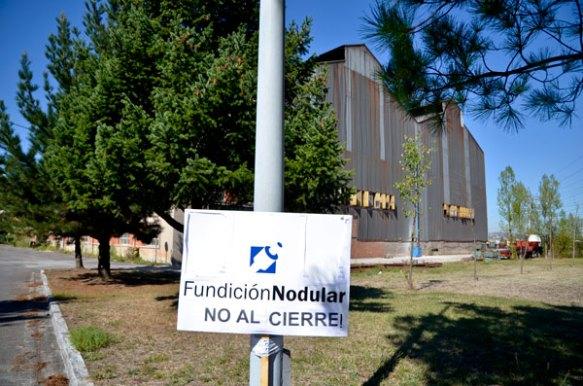 Un cartel reinvindicativo a las afueras de las instalaciones de Fundición Nodular. Imagen de Pablo Gómez