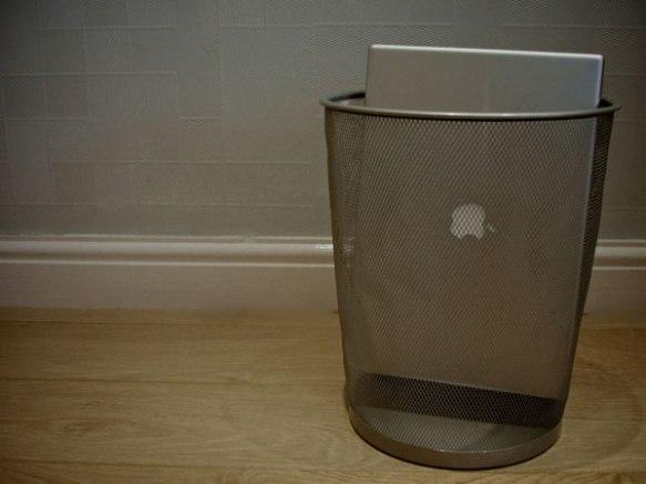 Un Mac en una papelera