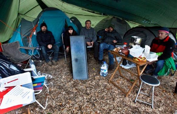 Los trabajadores despedidos de Parques y Jardines, acampados en el Campo San Francisco. Imagen de Pablo Lorenzana