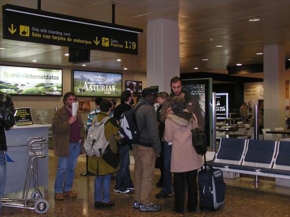 Integrantes de la Ruta contra'l Racismu y la Represión, ayer en el Aeropuerto de Asturias. Imagen de Diagonal