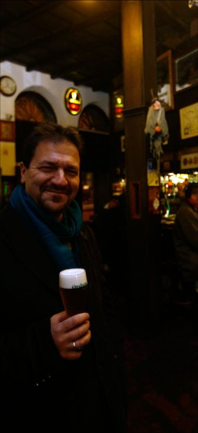 El propietario del Ca Beleño, a punto de degustar una Ordum Speltia. Fotografía de Pablo Lorenzana.