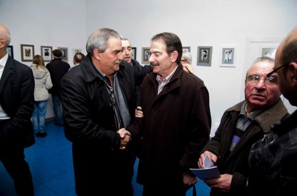 Exposición de fotos de guerrilleros. En la foto, Gerardo Iglesias con el alcalde de Mieres, Aníbal Vázquez. Imagen de Pablo Gómez