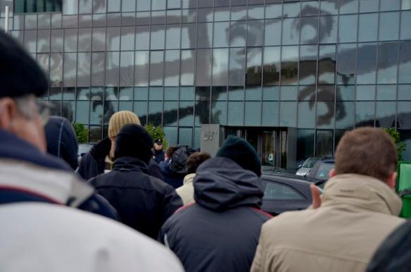 Concentración de los trabajadores de Felguera Melt esta mañana, ante las oficinas de Duro Felguera en Gijón. Imagen de Pablo Gómez