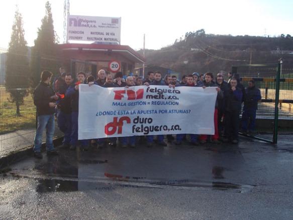 Trabajadores de Felguera Melt, ante la empresa. Imagen cedida por el comité