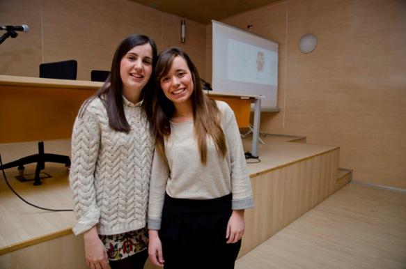 Paula Iglesias y Claudia Martín, dos de las alumnas que colaboraron en la edición del 'Manifiesto'. Imagen de Pablo Gómez