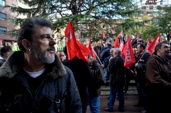 Juan Antonio Alfaro, esta mañana, ante los Juzgados de Mieres. Imagen de Pablo Gómez