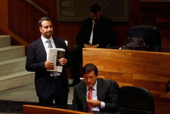Fernando Lastra y Javier Fernández, durante un Pleno en la Junta. Imagen de Pablo Lorenzana