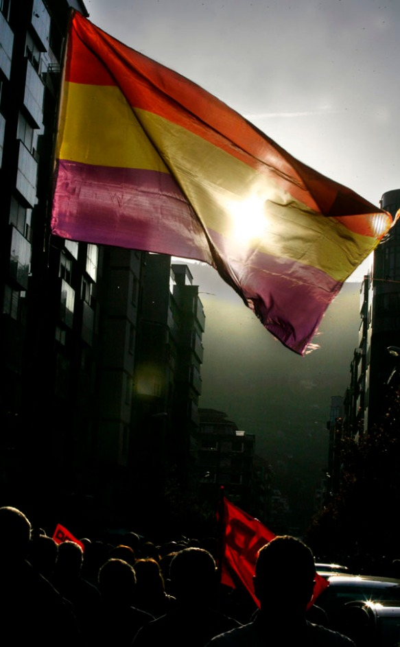 Bandera republicana en la marcha. Imagen de Pablo Lorenzana