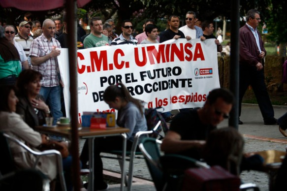 Una pancarta sobre Uminsa, a la llegada de la manifestación al Parque Jovellanos. Imagen de Pablo Lorenzana