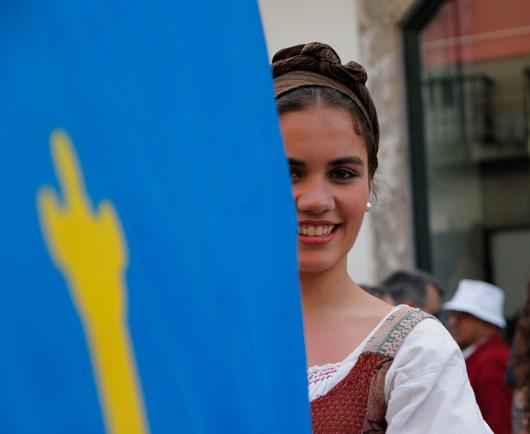 La bandera asturiana protagonista del desfile. Foto: Iván G. Fernández