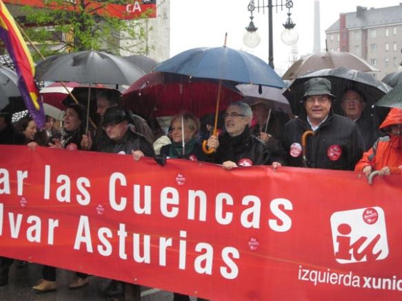Pancarta de Izquierda Xunida. Gaspar Llamazares también estuvo presente en la manifestación. Imagen de Bibiana Coto