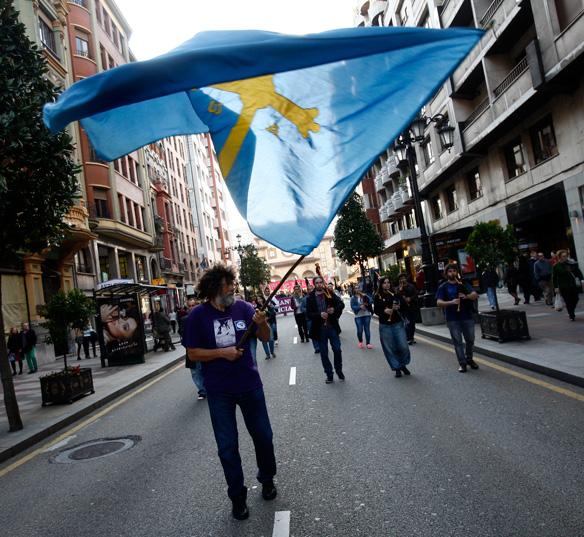 La banderona d'Asturies y un grupu de gaiteros abrió la marcha reivindicativa. Foto: Pablo Lorenzana.