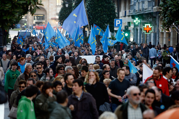 El centru de la capital asturiana enllenóse de banderes asturianes. Foto: Pablo Lorenzana.