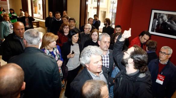 Los afectados por la deuda subordinada de Cajastur efectuaron una protesta durante el acto del PSOE celebrado el pasado día 18 en el Auditorio Príncipe Felipe. Imagen de Pablo Lorenzana