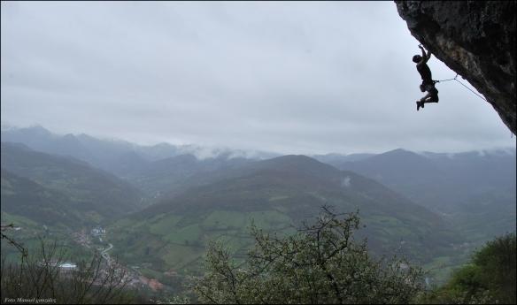 Un momento de escalada en Teverga