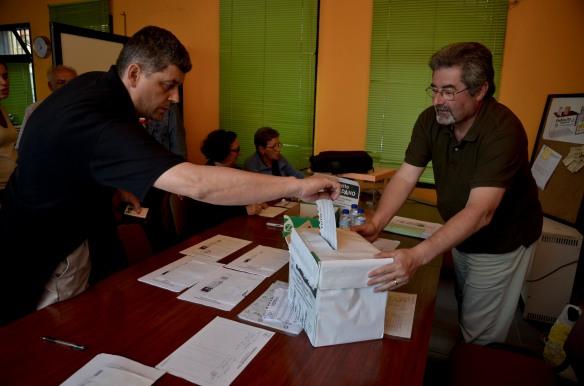 Un votante introduce su papeleta en la urna del plebiscito. Imagen de Pablo Gómez