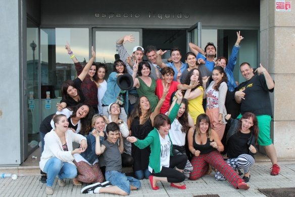 Stern, con Konchi Rodríguez y los alumnos del Taller de Teatro, en Gijón. Imagen de Bernaldo Barrena