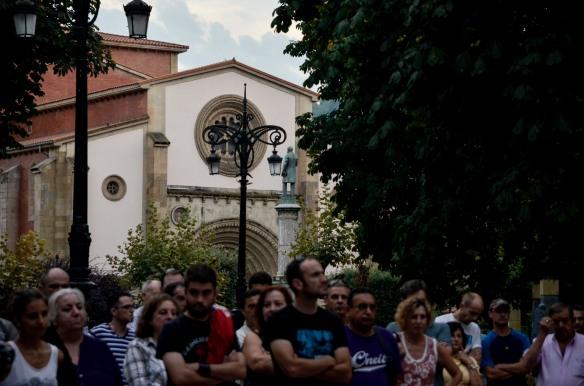 Concentración por los despidos en Duro Felguera con la estatua de Pedro Duro al fondo. Imagen de Pablo Gómez