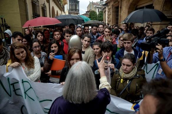 Saskia Sassen se dirije a un grupo de jóvenes manifestantes justo antes de  participar en el debate que tuvo lugar en el claustro del Museo Arqueológico. Imagen de Pablo Gómez