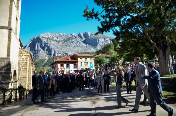 Los Príncipes, llegando a la colegiata durante su recorrido por las calles teverganas. Imagen de Pablo Gómez