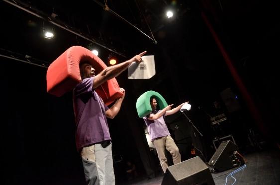 La 'Pequeña compañía de nenos grandes enormes', parodiando a SEDES. Fotografía de Pablo Gómez.