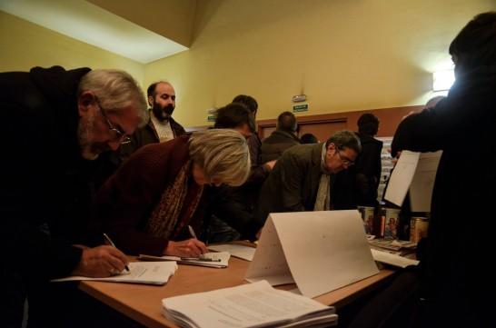 """Asistentes a la gala firman su """"autoinculpación"""" antes de entrar a la gala. Fotografía de Pablo Gómez."""