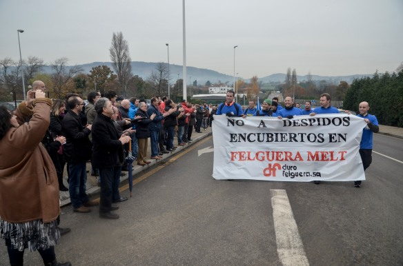 Los trabajadores de Felguera Melt, a pocos metros de las oficinas. Imagen de Pablo Gómez