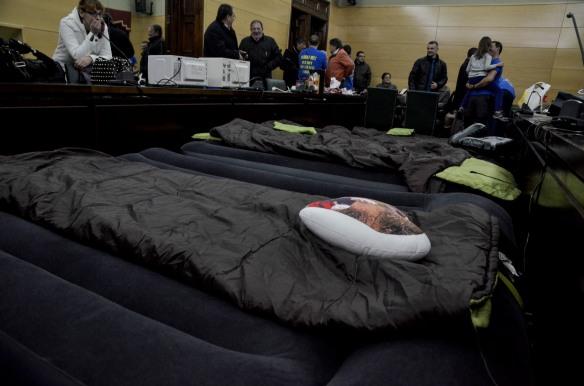 Los sacos de dormir, en als dependencias municipales. Imagen de Pablo Gómez